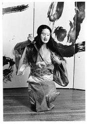 Brenda Wong Aoki en una pieza Nô. (Wikimedia Commons)